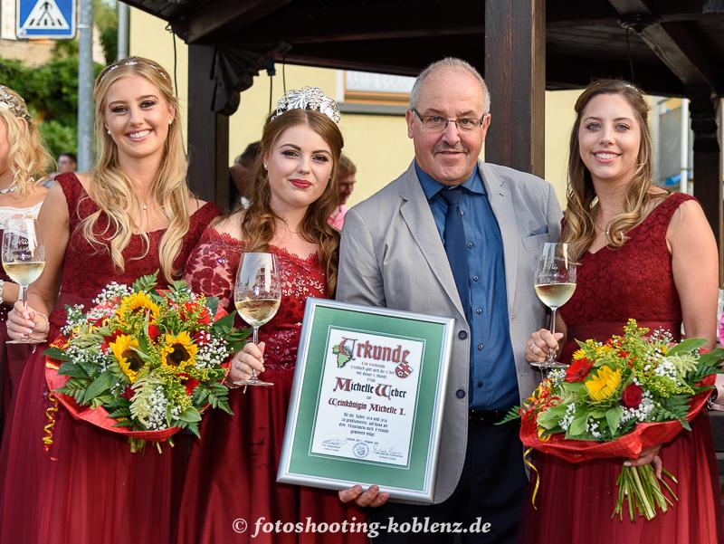 Urkunde für Weinkönigin Michelle